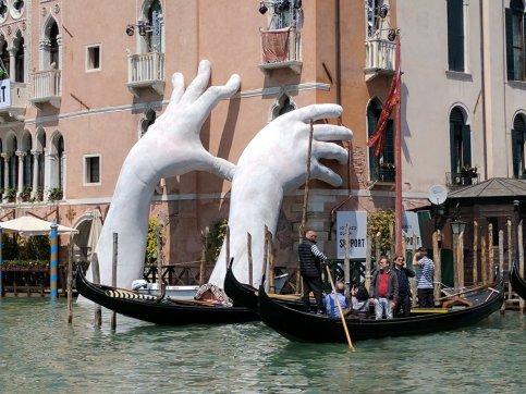lorenzo-quinn-support-venezia